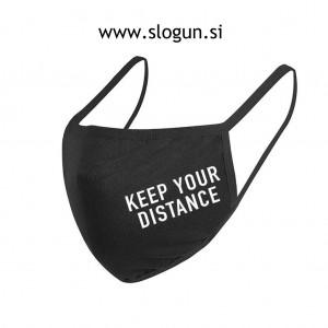 Zaščitna pralna maska z napisom v črni barvi za večkratno uporabo