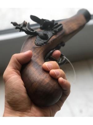 Dekorativna rabljena pištola z lesenim ogrodjem (338338)