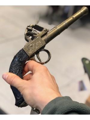 Dekorativna rabljena pištola s črnim ročajem