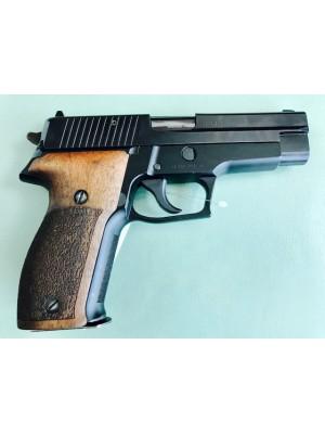 Sig Sauer rabljena polavtomatska pištola, model: P226, kal. 9mm Para z lesenimi ročaji